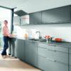 кухня девушка верхние шкафы