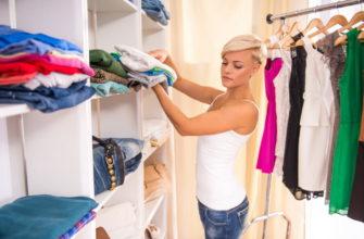 девушка в гардеробе