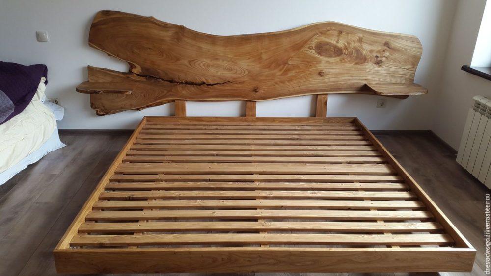 изголовье деревянной кровати