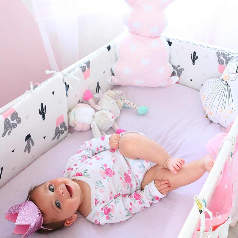 ребенок в кроватке бортики
